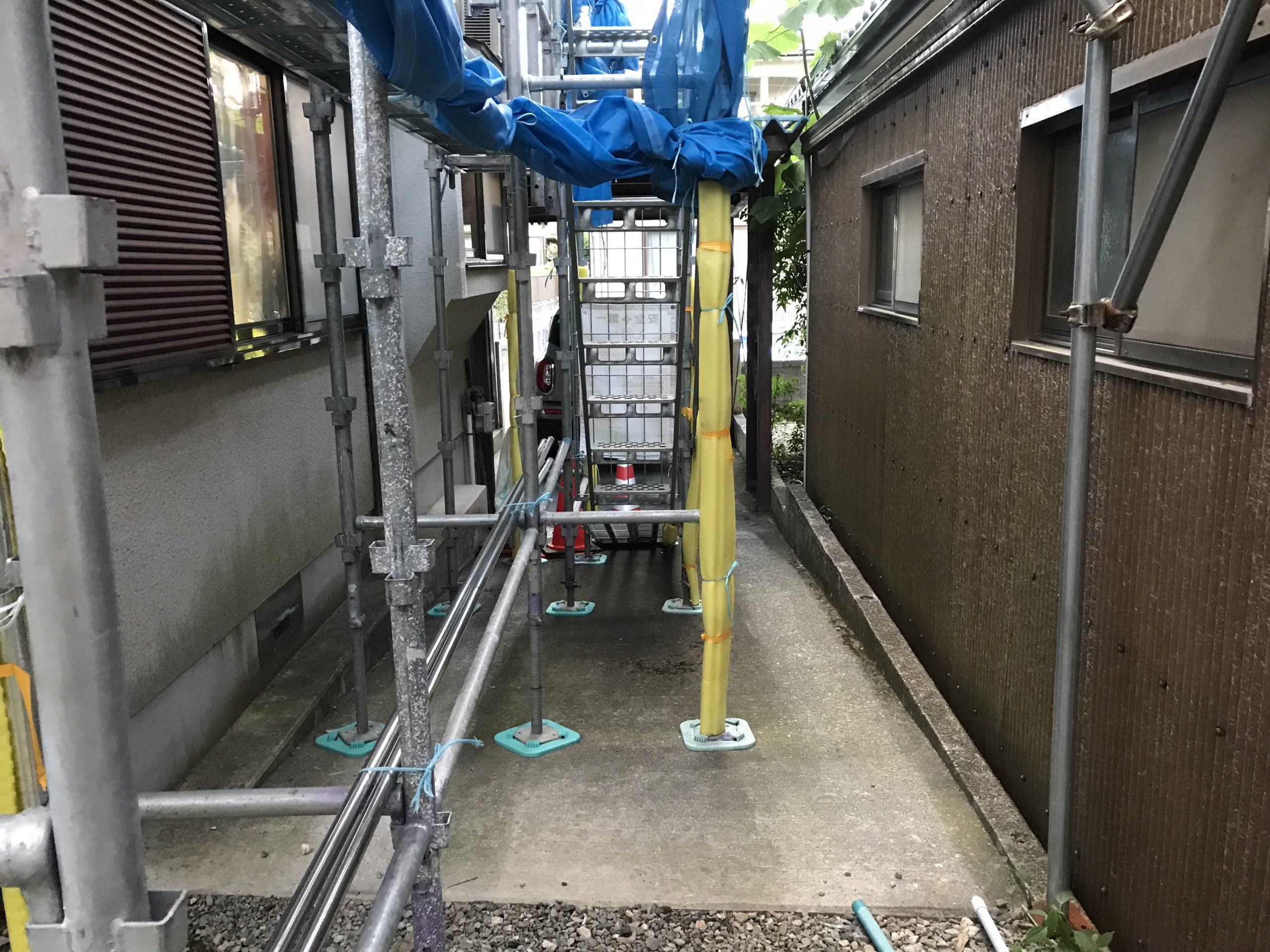 彦根市で瓦屋根工事とモルタル外壁塗装に伴う法律遵守した足場組立