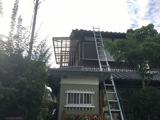 ここから屋根に登っていきます