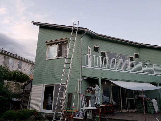 ハシゴを掛けて屋根上へ