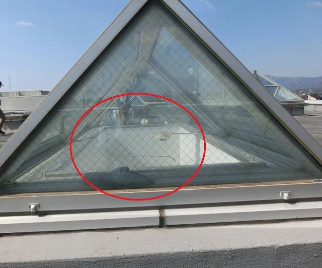 高島市にて施設の屋上にあるトップライトの硝子を取替えました