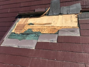 スレート屋根の破損確認