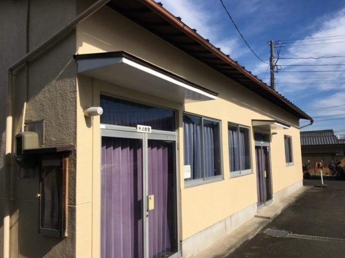 瓦棒葺き屋根の建物