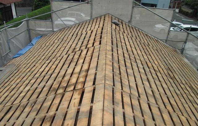 大波スレート屋根の錆びたフックボルトの交換事例を見る