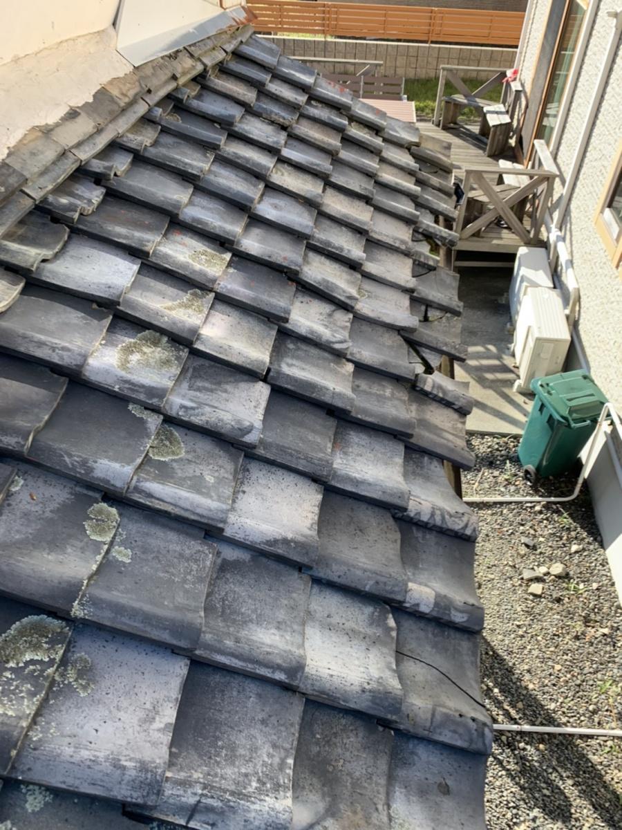 台風被害にあった下屋根桟瓦外れ