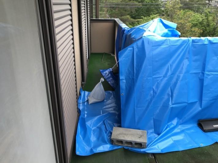 雨漏りしている屋根養生隅部分