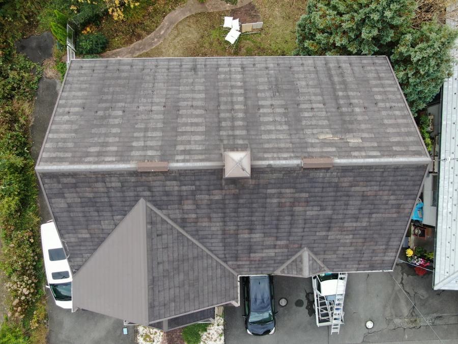 雨漏りしているスレート屋根ドローン撮影