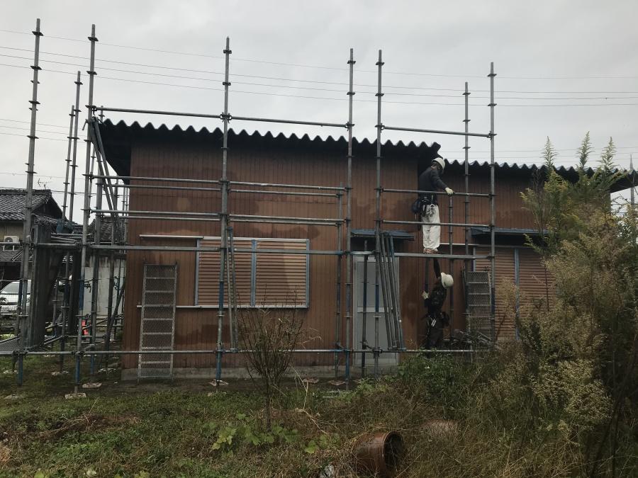 高島市の雨漏りしている折半屋根倉庫の足場組立