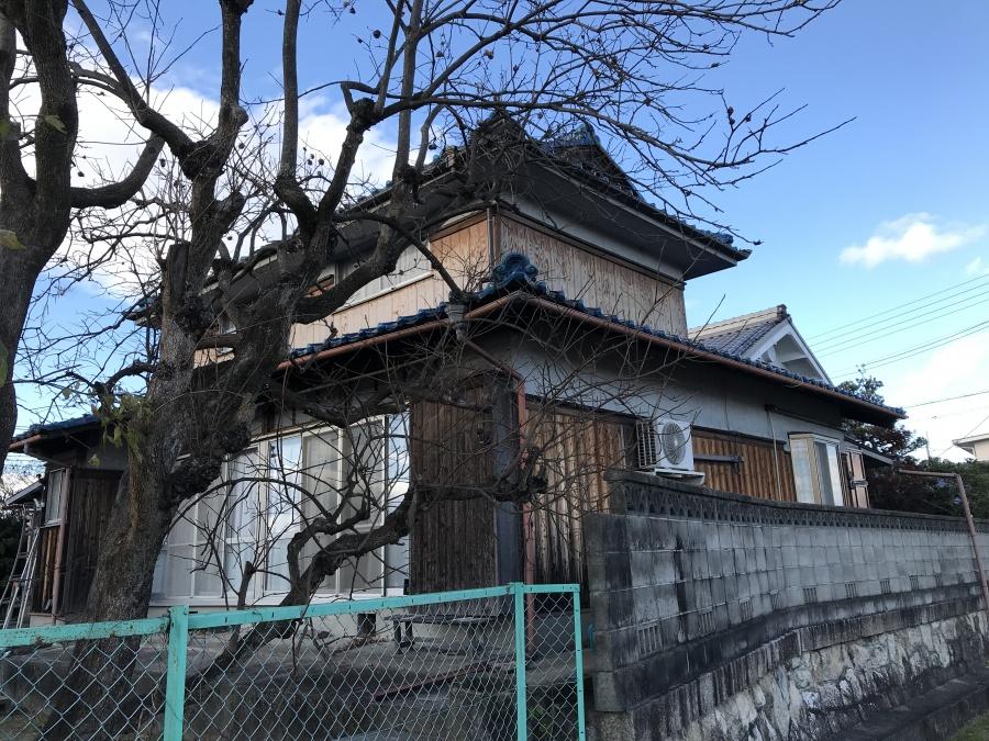 草津市にある青色の釉薬瓦屋根の棟点検を行いました