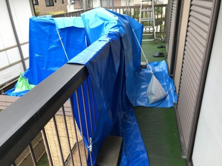 雨漏りしている屋根養生隅部分写真