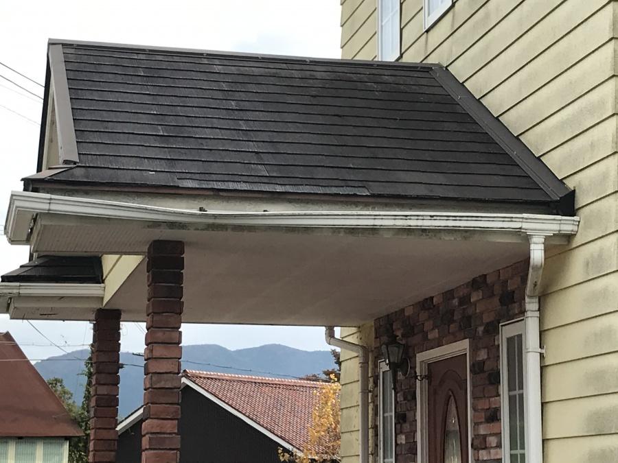 軒先のスレート屋根破損
