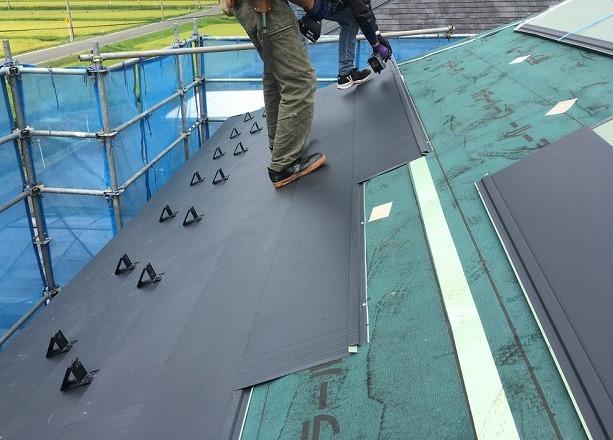 ビスで屋根材を固定