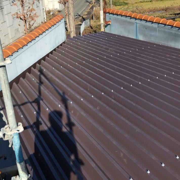 折半屋根材取付け完了別アングル